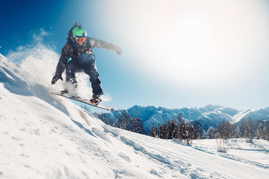 descente-des-pistes-en-snowboard